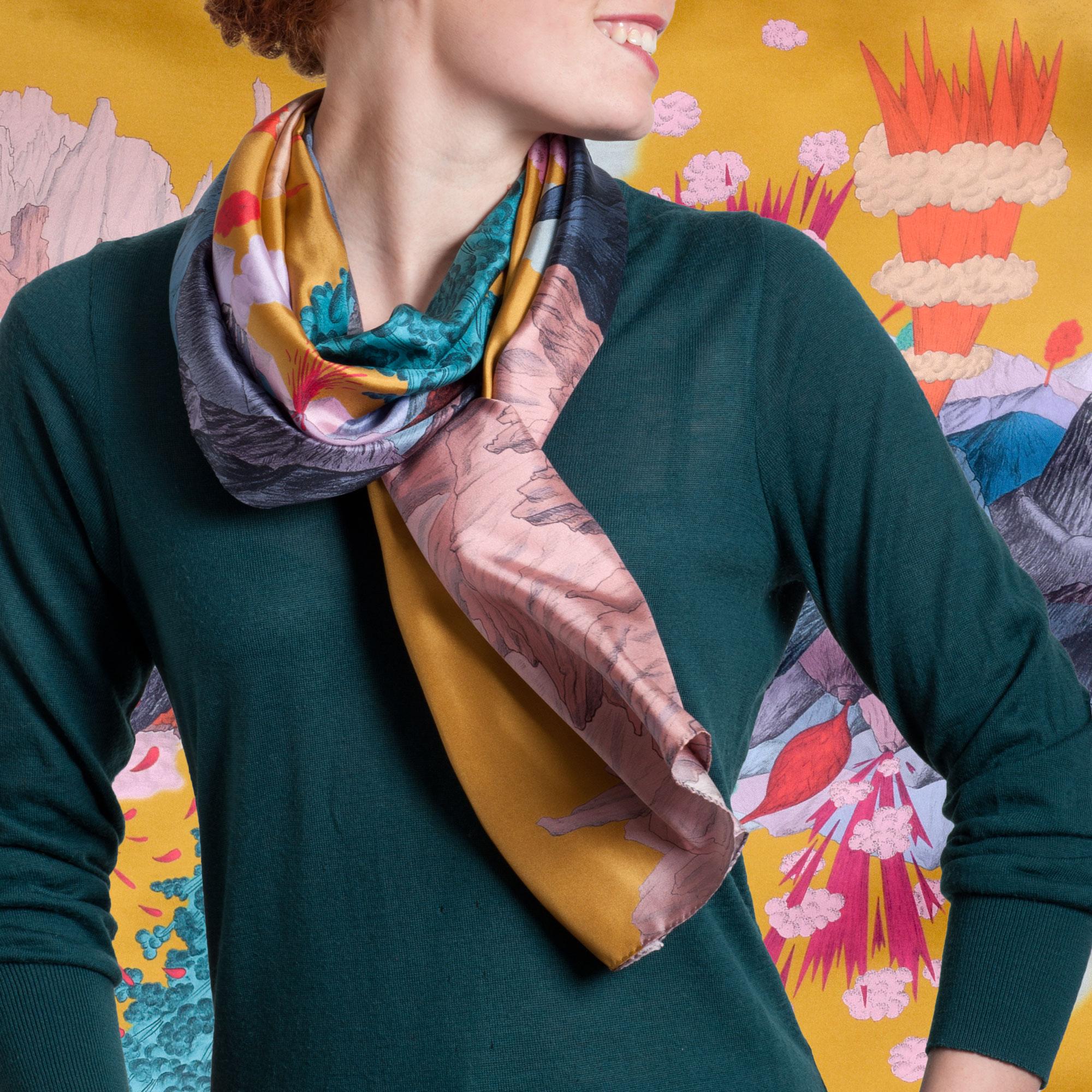 Foulard en soie porté et noué collection Volcan ciel couleur or - Céline Dominiak