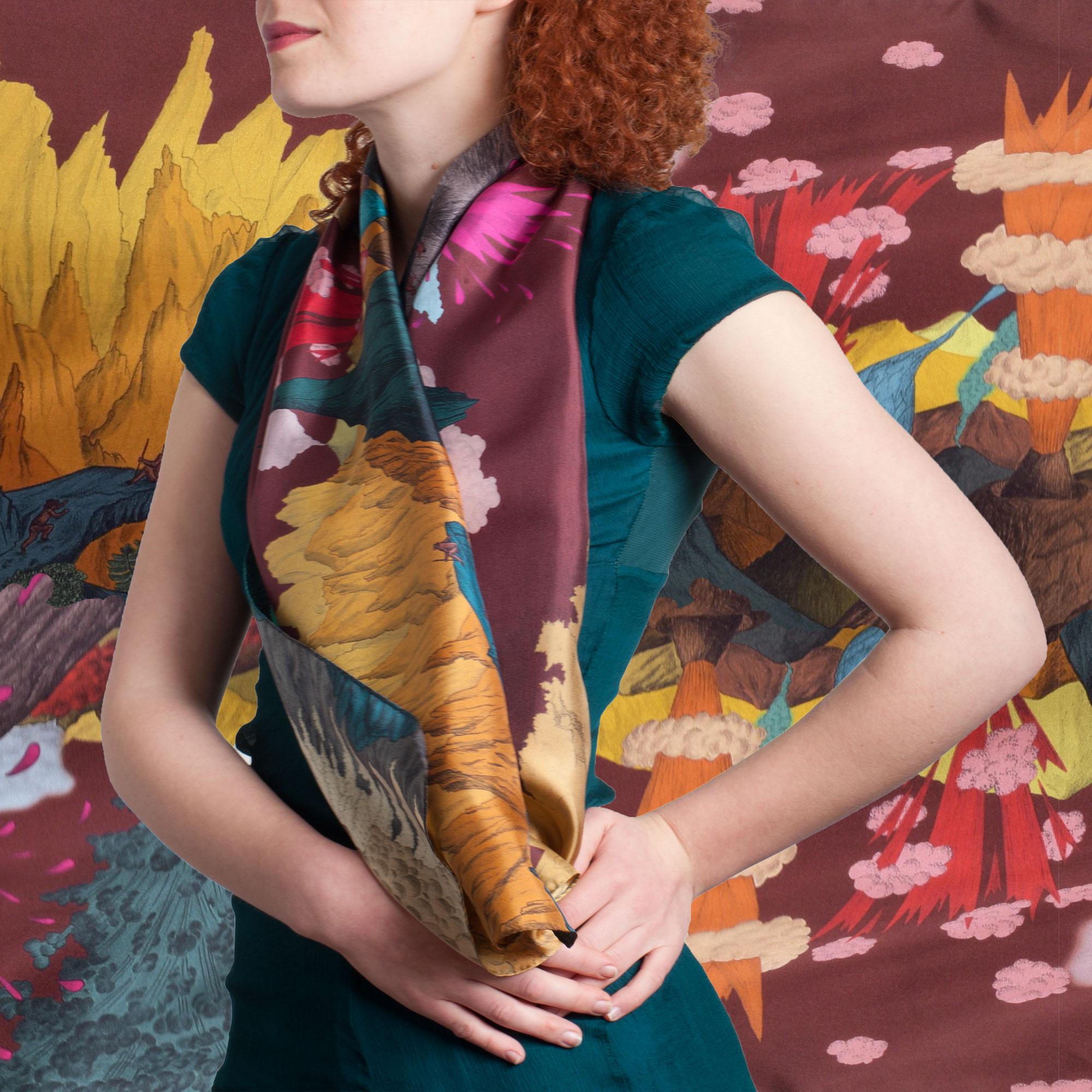 Écharpe en soie avec paysage de volcans ciel prune de Céline Dominiak