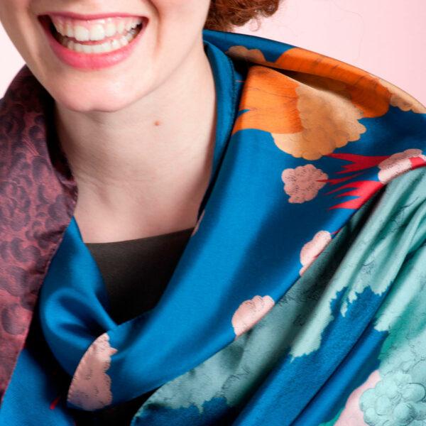 Détail foulard Volcans bleu noué