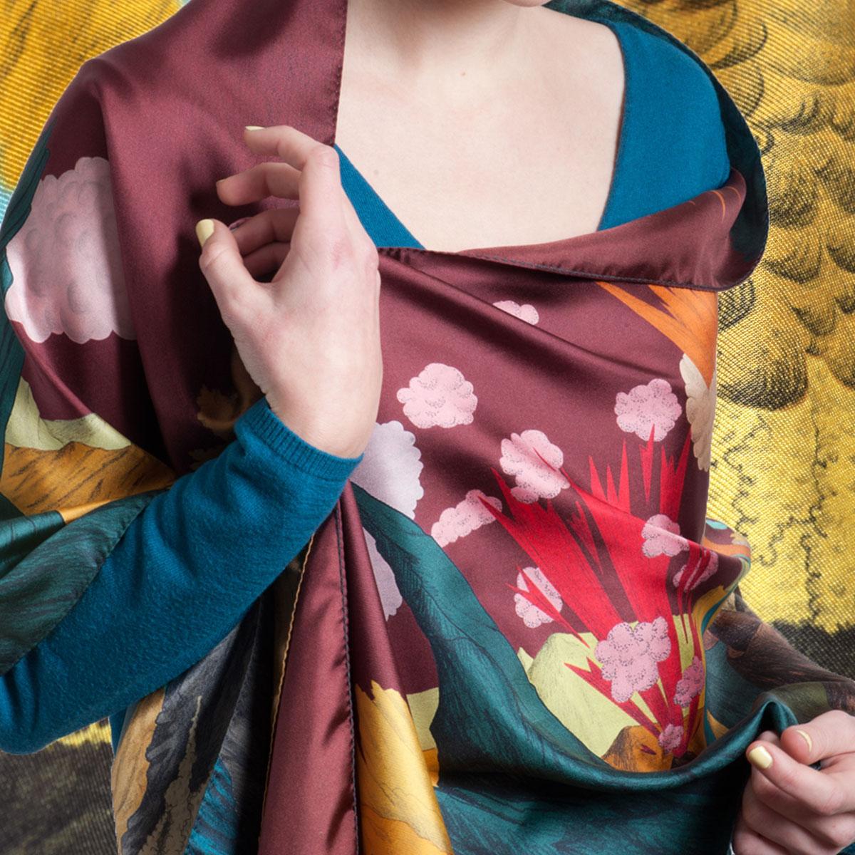 grande écharpe en soie avec paysage de volcans ciel prune de Céline Dominiak