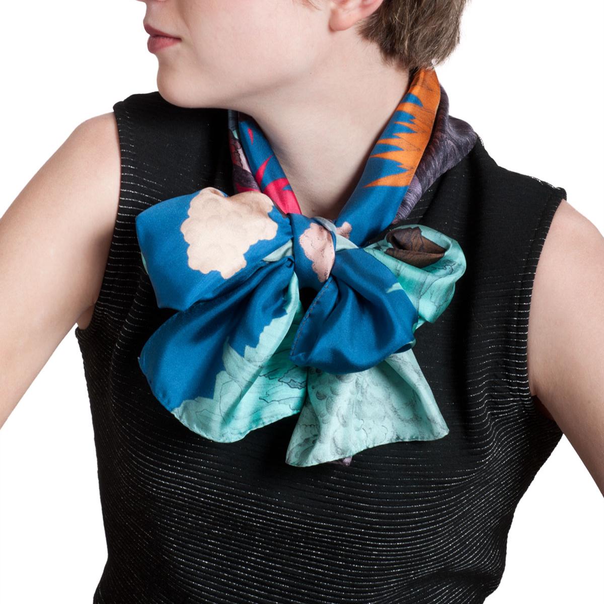 Foulard en soie porté et noué taille M Volcan bleu - Céline Dominiak