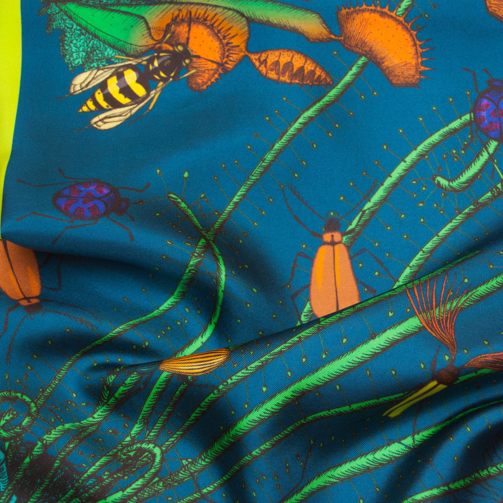 Détail foulard carré Carnivores bleu Céline Dominiak