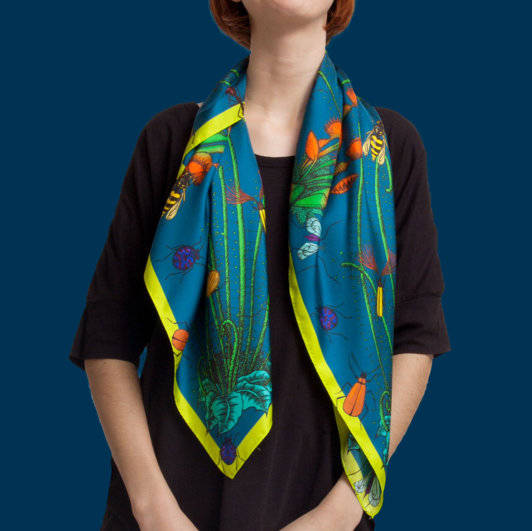 Femme portant un foulard couleur bleu canard