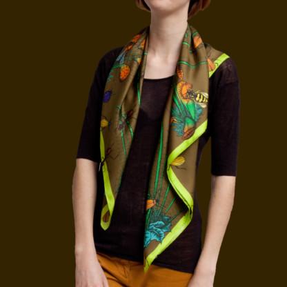Femme portant un foulard couleur café