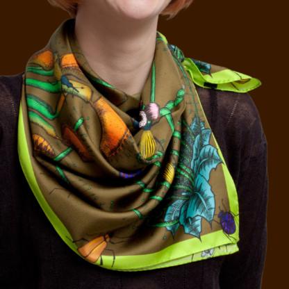 gros plan sur foulard couleur café noué autour du cou