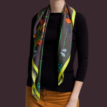 Femme portant un foulard gris