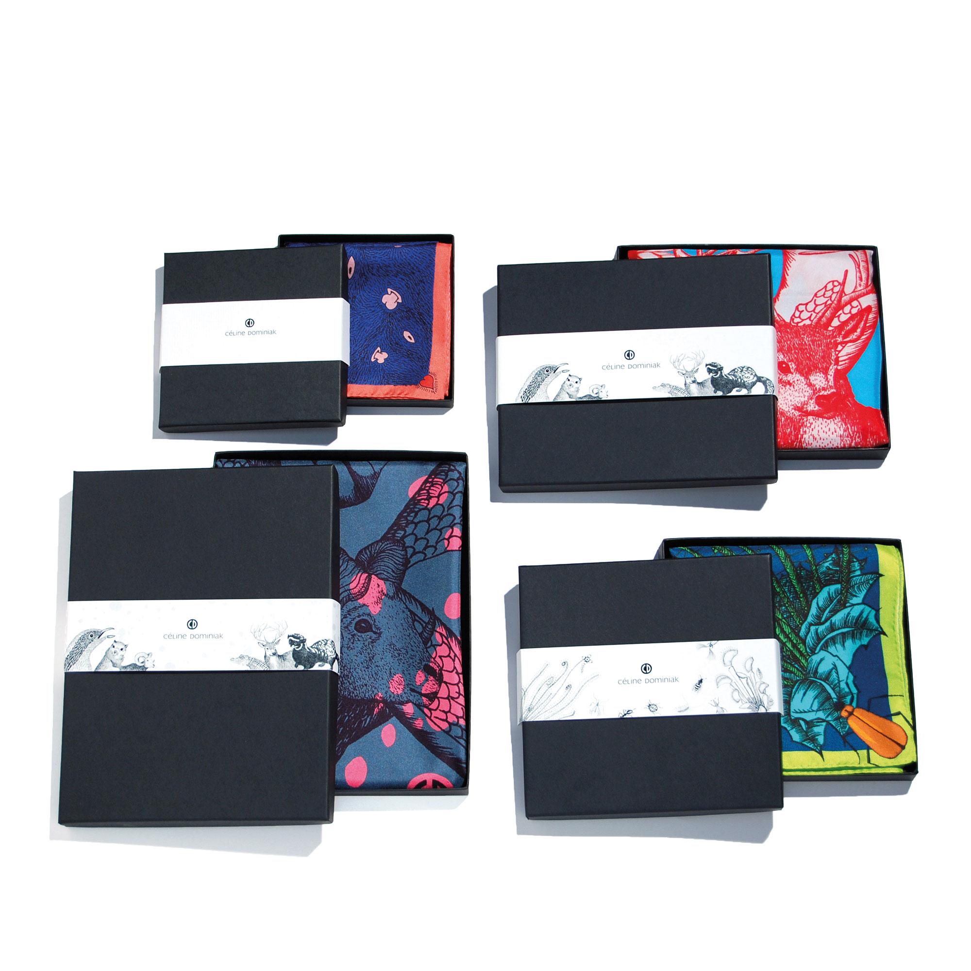 4 boites contenant des foulards colorés