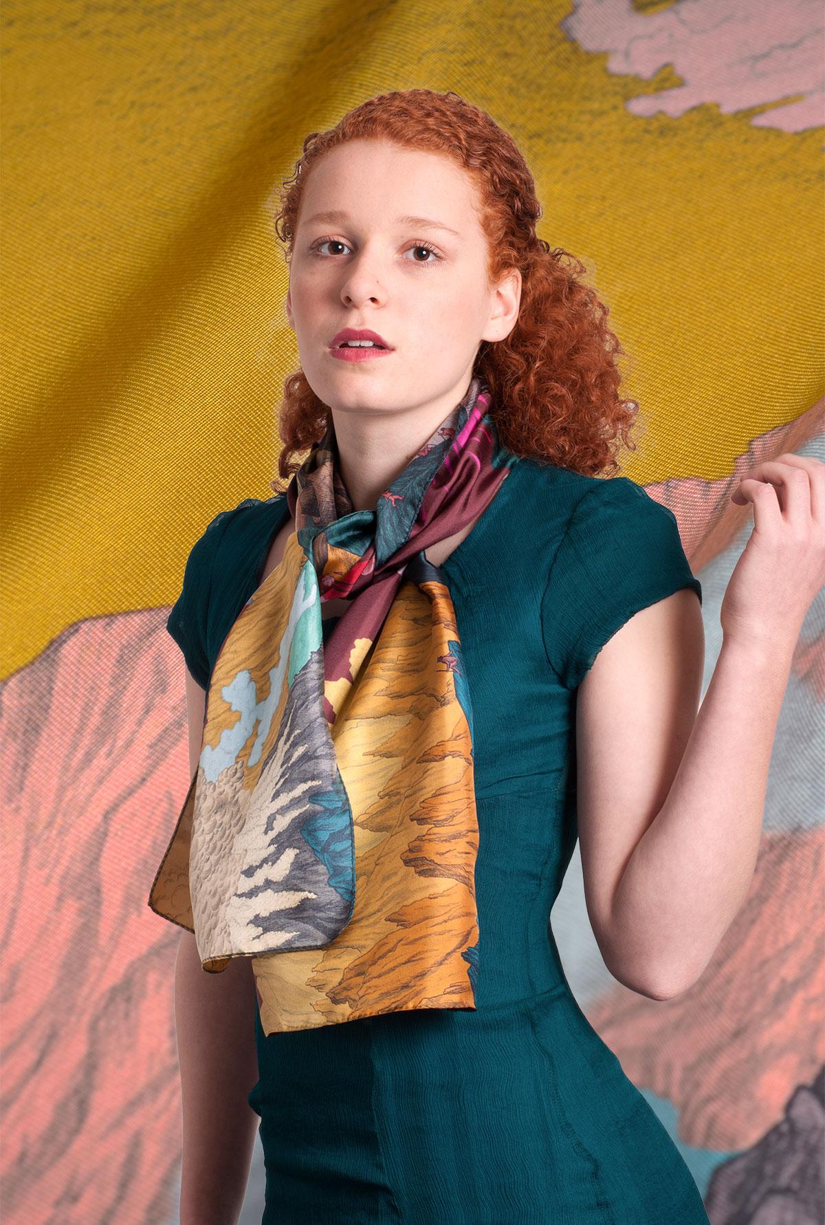 jeune fille portant unfoulard Volcan bordeau et jaune