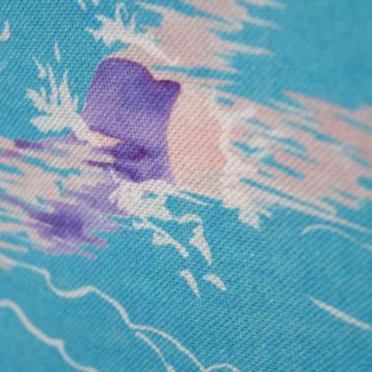 Détail pochette à zip en tissu avec une paire de lunettes de soleil et une photographie argentique noir et blanc. Le motif sur la pochette représente une nageuse avec un maillot de bain violet sur fond bleu