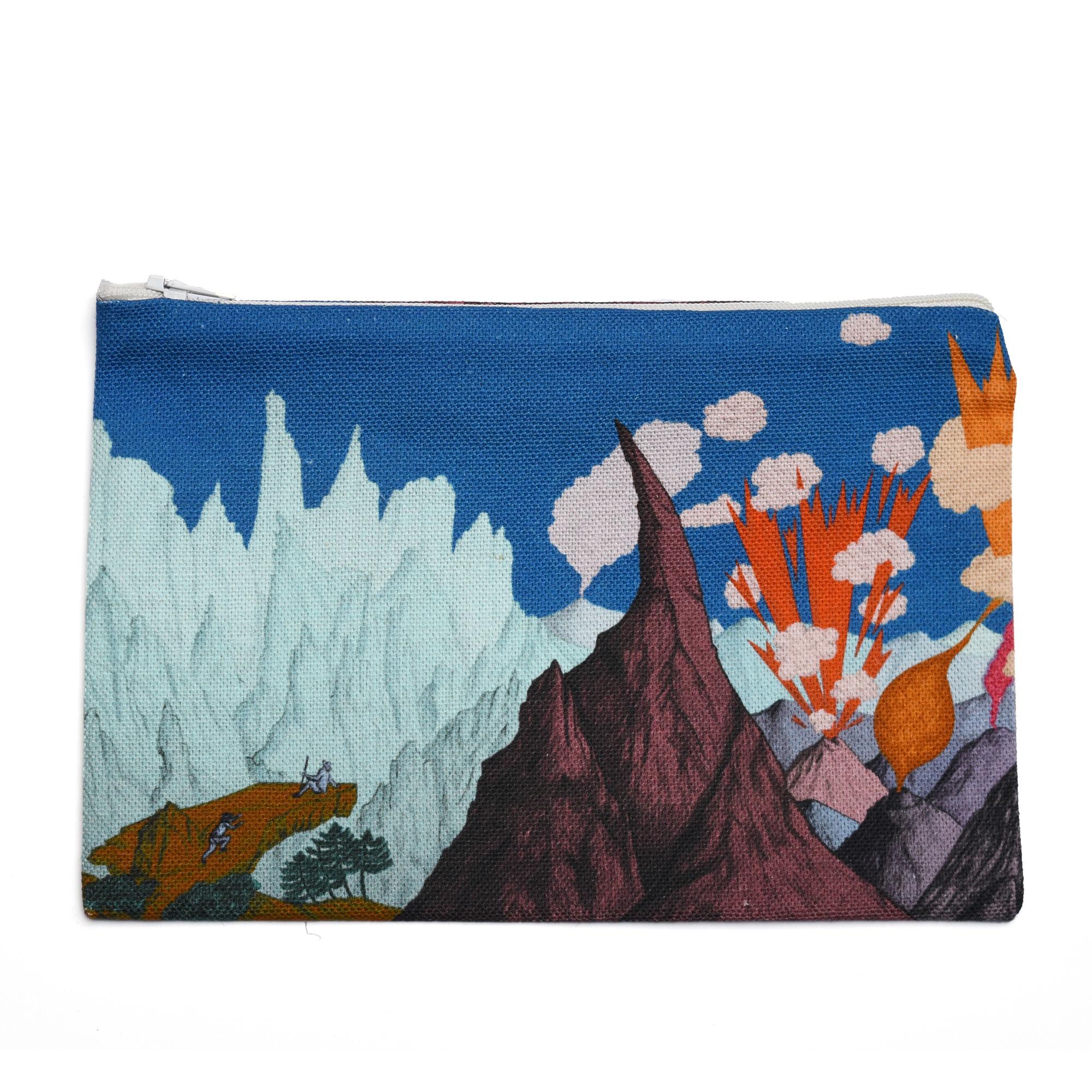 Pochette en tissu sur fond blanc, motif montagnes et volcans ciel bleu