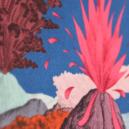 Détail tissu, motif montagnes et volcans ciel bleu