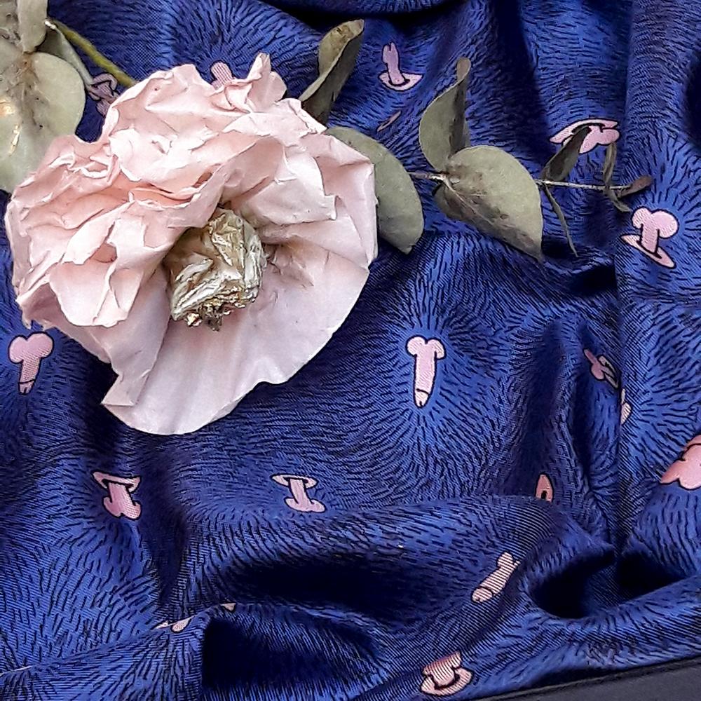 Petit foulard twill de soie carré - détail avec rose en papier Z _ _ I / Céline Dominiak