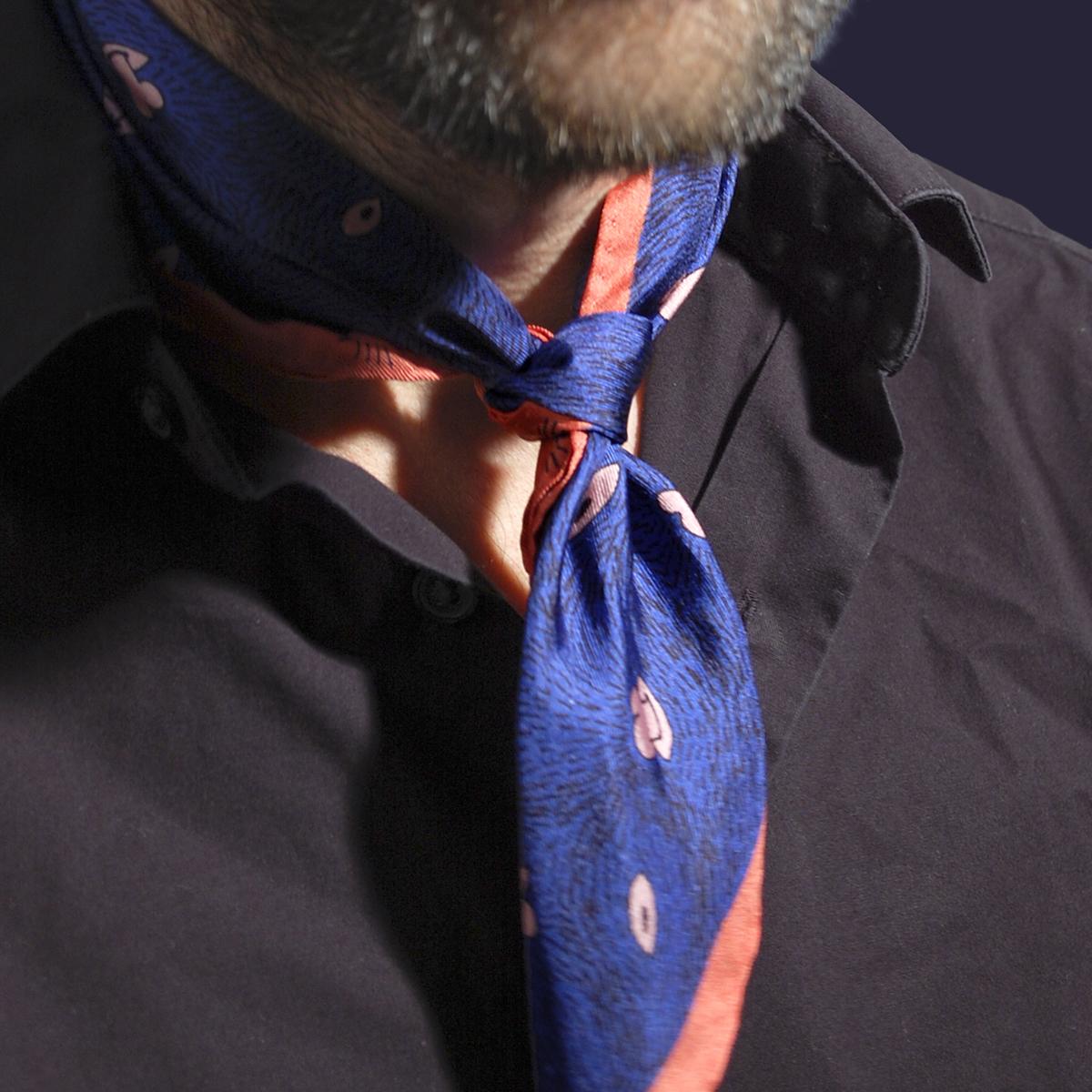 Petit foulard noué homme twill de soie carré Z _ _ I / Céline Dominiak