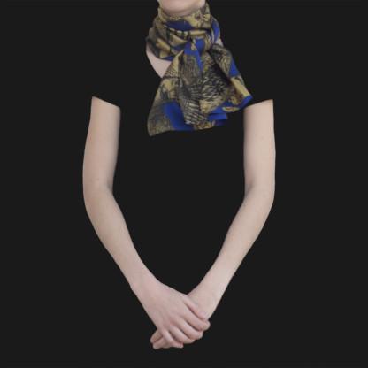 Foulard en soie porté et noué Animalis Kaki et Bleu - Céline Dominiak
