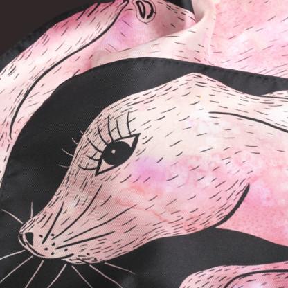 Détail foulard en soie Céline Dominiak un lapin rose noir