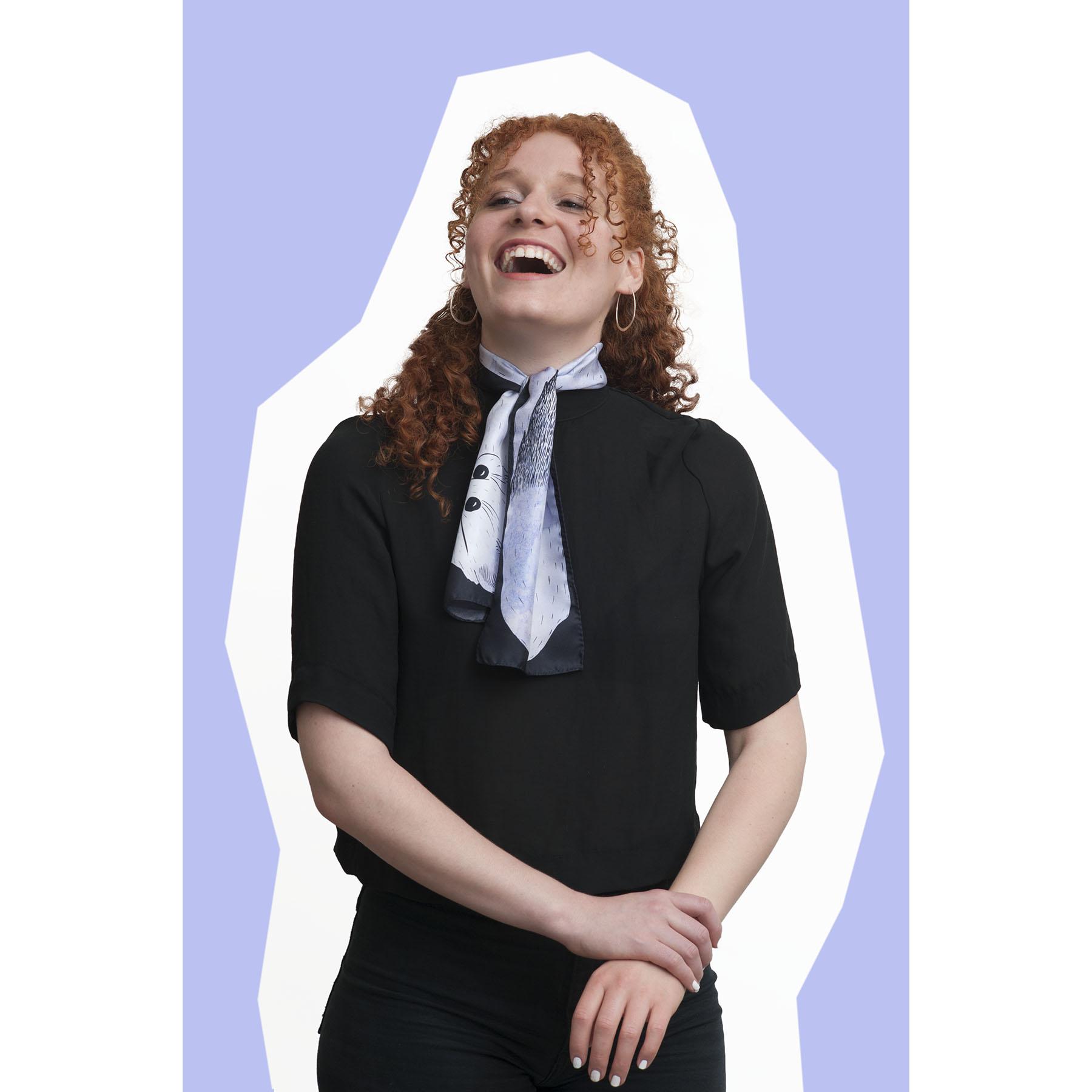 jeune fille portant le foulard en soie dessin hermine parme