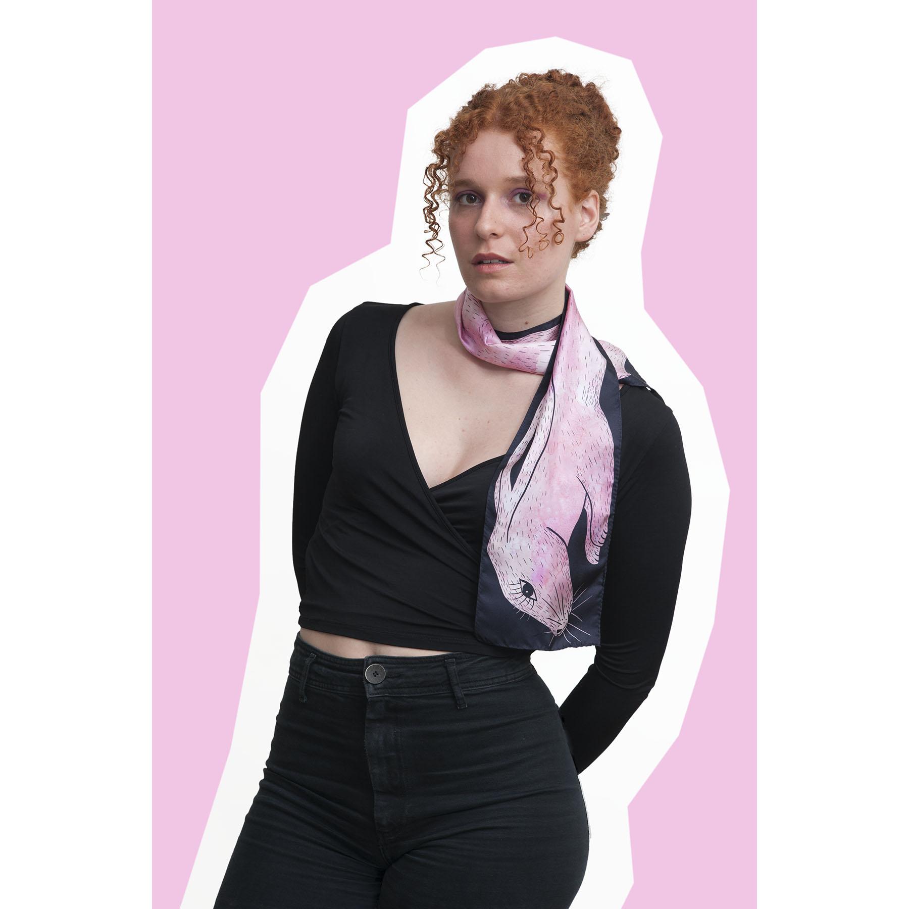 jeune fille portant le foulard en soie dessin lapin rose
