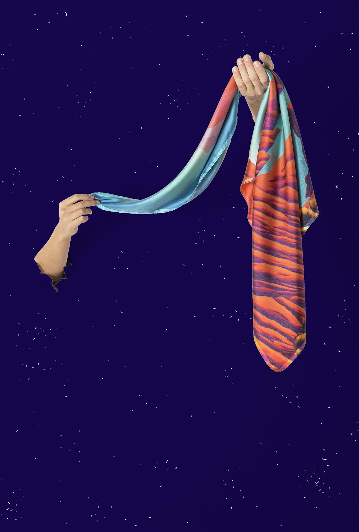 Foulard rouge te bleu turquoise carré en soie tenu par deux mains semblant sortir d'un ciel étoilé