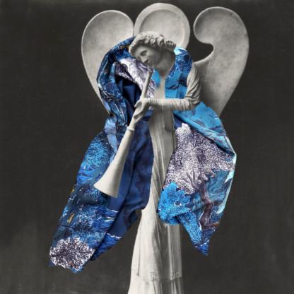 Photographie noir et blanc d'une statue (ange jouant de la trompette) avec un grand foulard bleu - photomontage