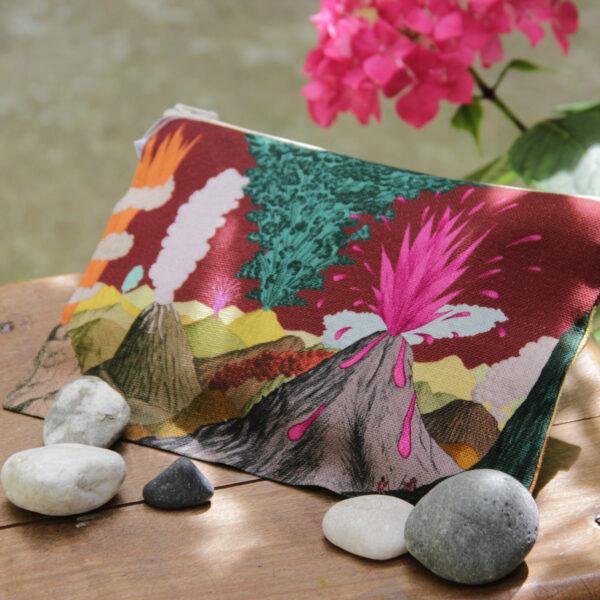 Trousse en tissu avec petits cailloux et fleur rose, motif Volcans coloris prune
