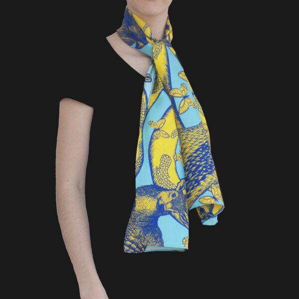 Foulard en soie porté et noué collection animalis bleu turquoise et jaune - Céline Dominiak