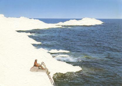 femme seule dans un paysage de bord de mer dont la côté a été évidée