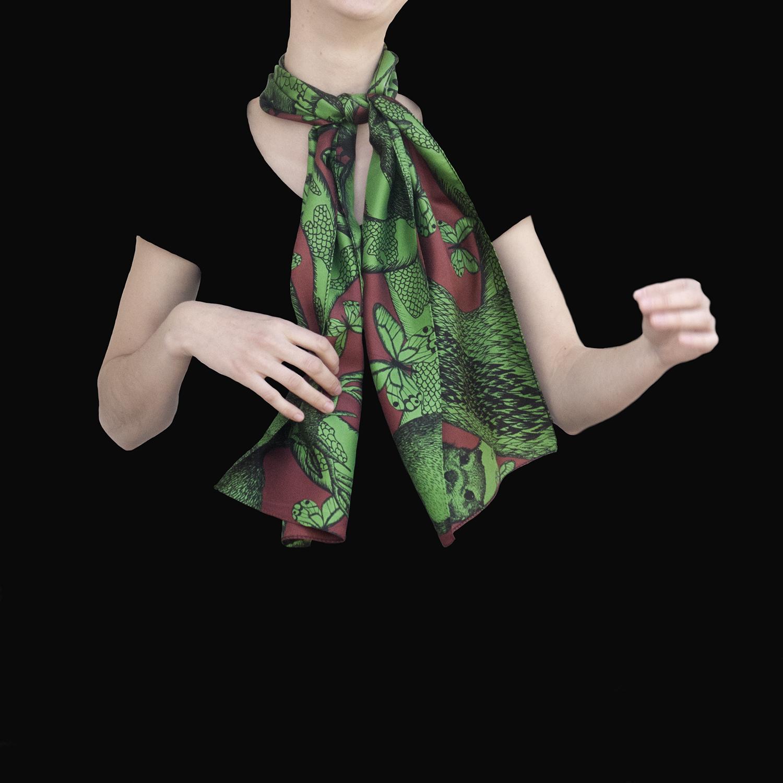 Foulard en soie noué et porté Animalis Vert et Marron - Céline Dominiak