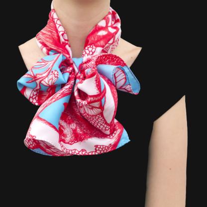 Foulard en soie porté et noué Animalis Rouge et Turquoise - Céline Dominiak