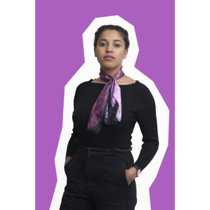 jeune fille portant le foulard en soie dessin martre grise et noire
