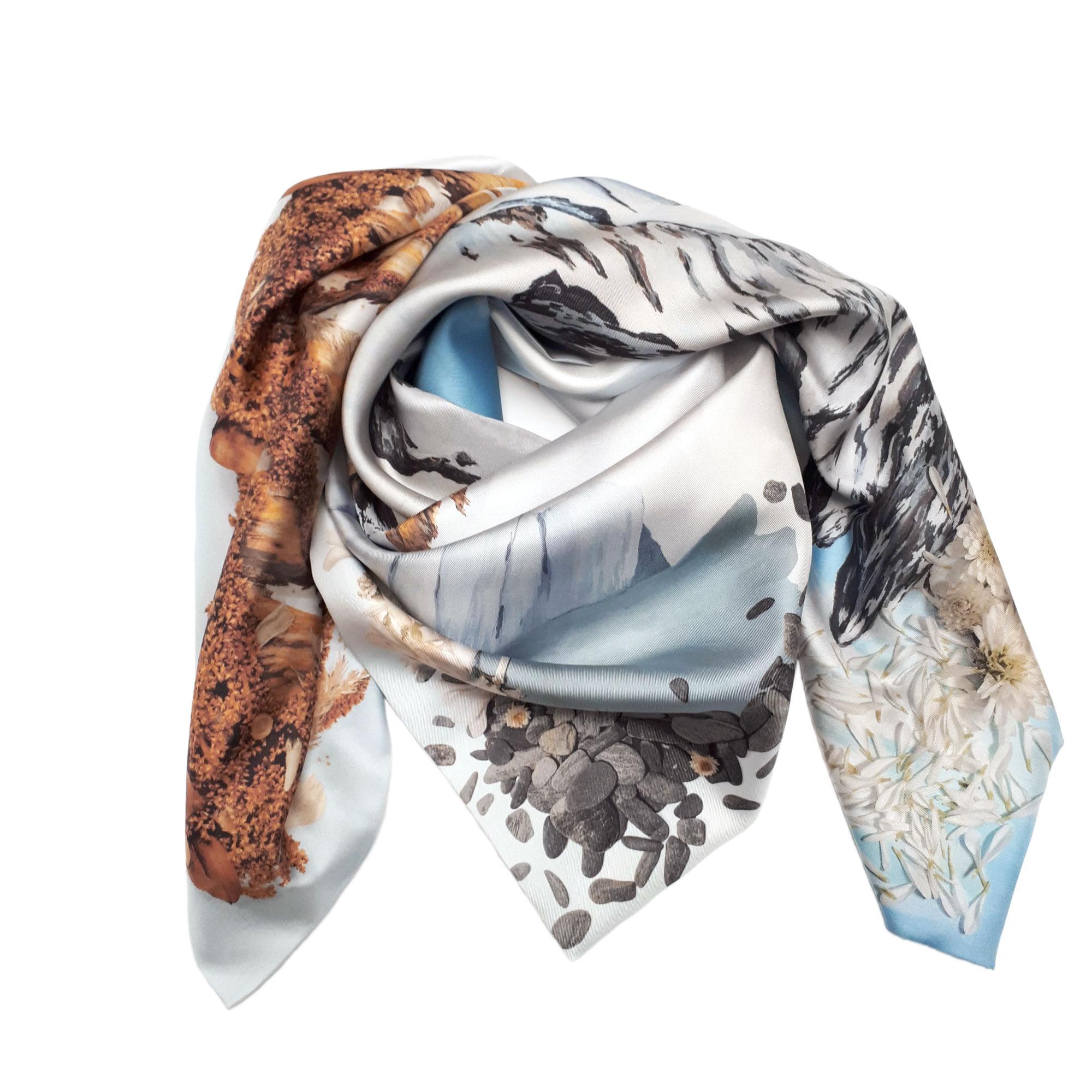 Foulard carré en soie avec paysages de montagnes et sommets enneigés de Céline Dominiak noué