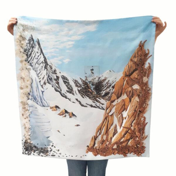 Foulard carré en soie de Céline Dominiak , paysage de montagnes et de sommets enneigés, vu en entier
