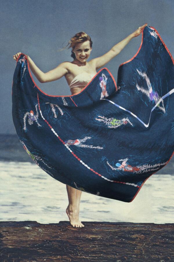 Carré de soie couleur ardoise, motif piscine et nageuses, collage pin-up années 50