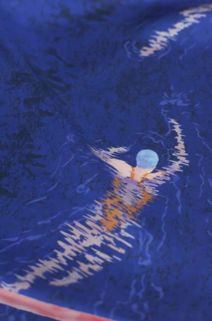 détail foulard carré en soie bleu, motif nageuses