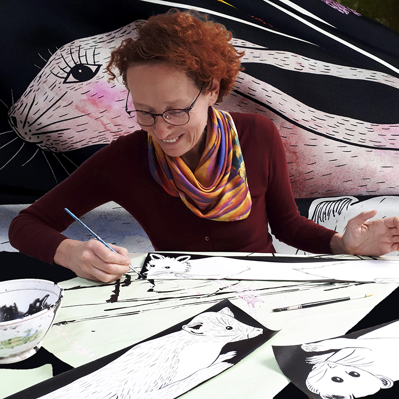 Portrait de céline Dominiak en train de dessiner