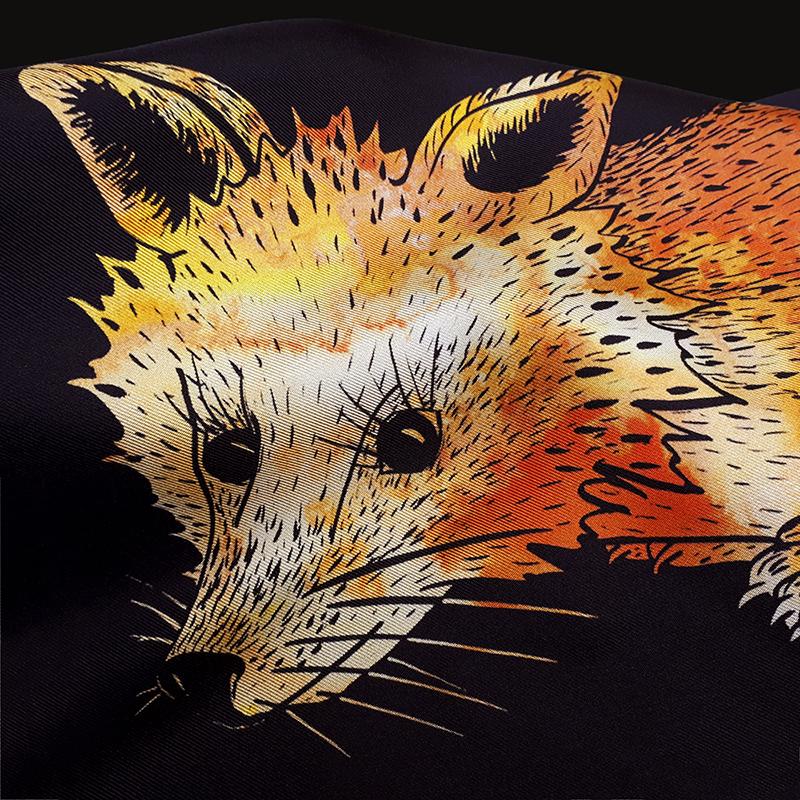 détail d'un foulard en soie de Céline Dominiak avec tête de renard orange