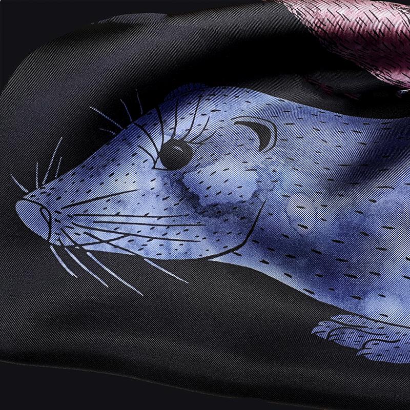 Détail d'un foulard en soie de céline Dominiak avec tête de vison bleu