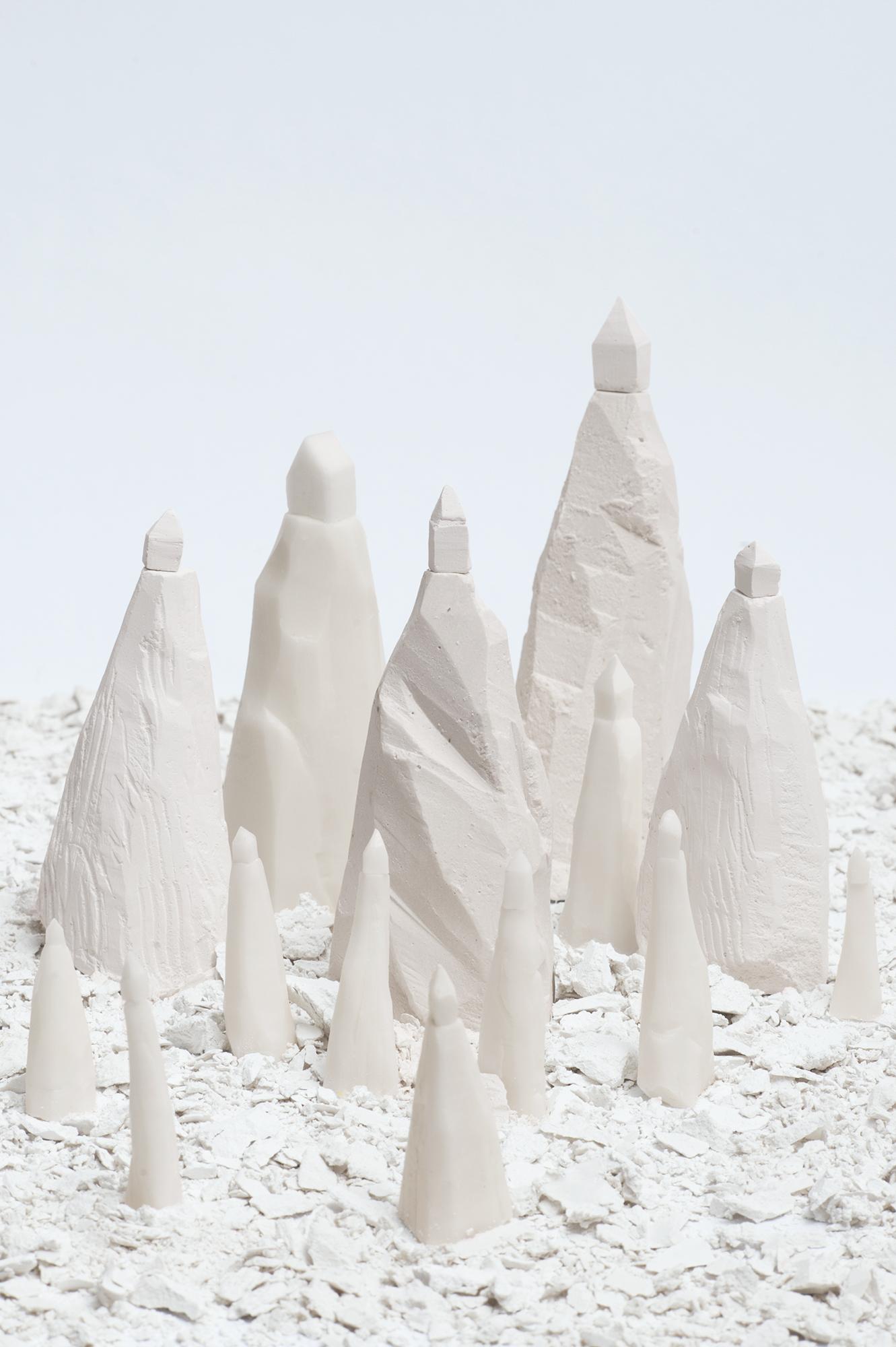 sculpture : paysage de montagnes blanches avec chacune sa petite maison au sommet