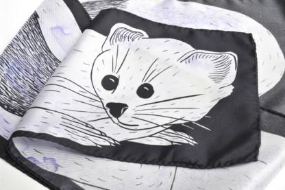 Détail foulard en soie dessin hermine parme et noir de Céline Dominiak