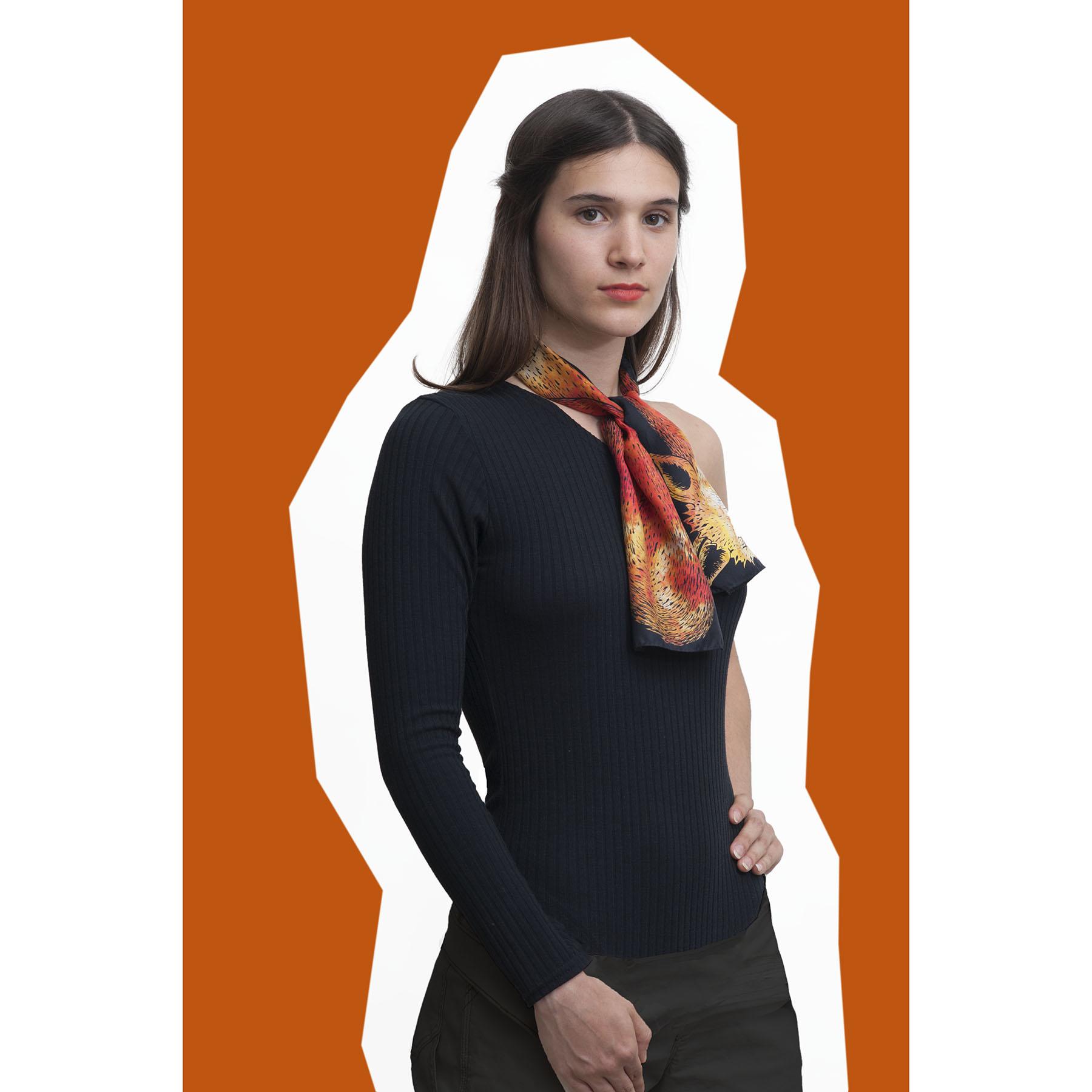 jeune fille portant le foulard en soie dessin renard orange et noir