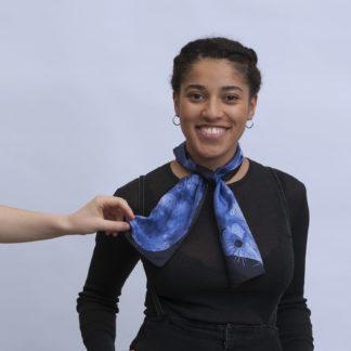 Foulard en soie dessin renard vison bleu et noir de Céline Dominiak