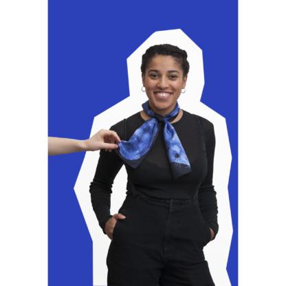 jeune fille portant le foulard en soie dessin renard vison bleu et noir