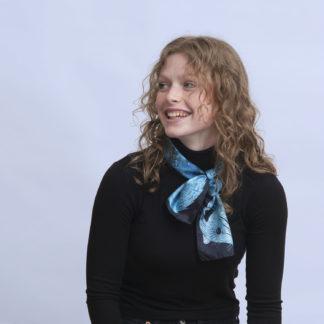 Foulard en soie dessin zibeline bleu turquoise et noir de Céline Dominiak