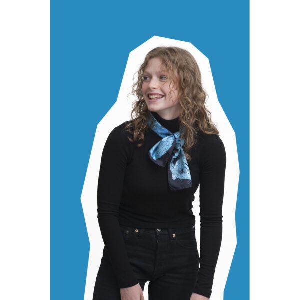 jeune fille portant le foulard en soie dessin zibeline bleu turquoise et noir