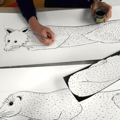 Céline Dominiak en train de dessiner les animaux de la collection de foulards en soie Fourrures