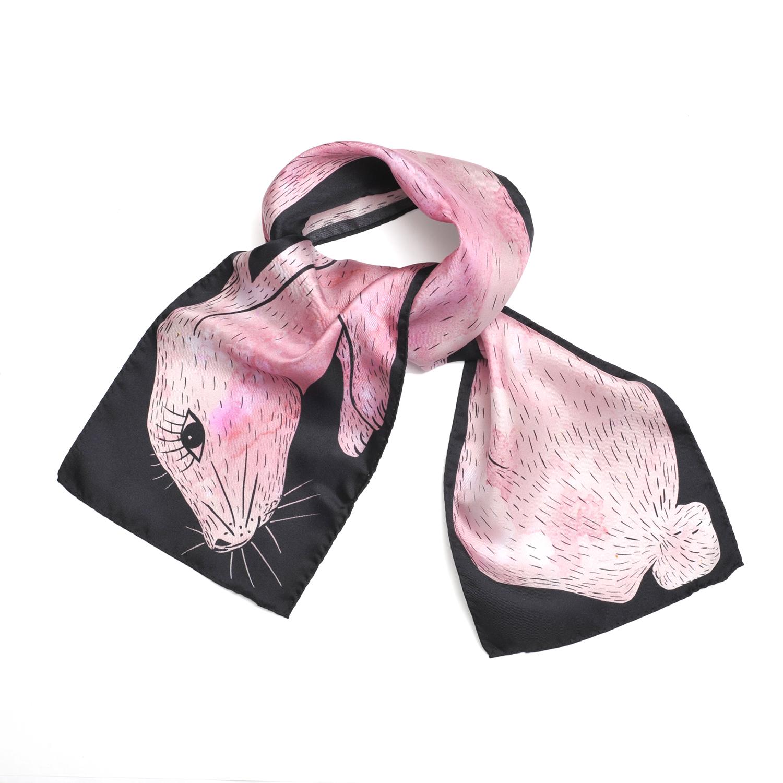 Foulard en soie noué de Céline Dominiak représentant un lapin rose dessiné sur fond noir