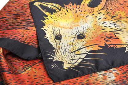 Détail foulard en soie Céline Dominiak un renard orange noir