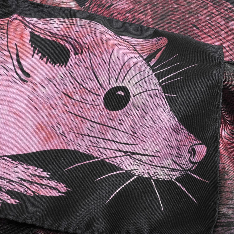 Détail foulard en soie Céline Dominiak une martre rose et noir