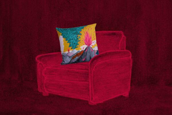 Photomontage numérique dessin - photo. Le dessin est à dominante rouge et représente un fauteuil. Sur le fauteuil est placé un vrai coussin jaune et carré à motif de Volcans