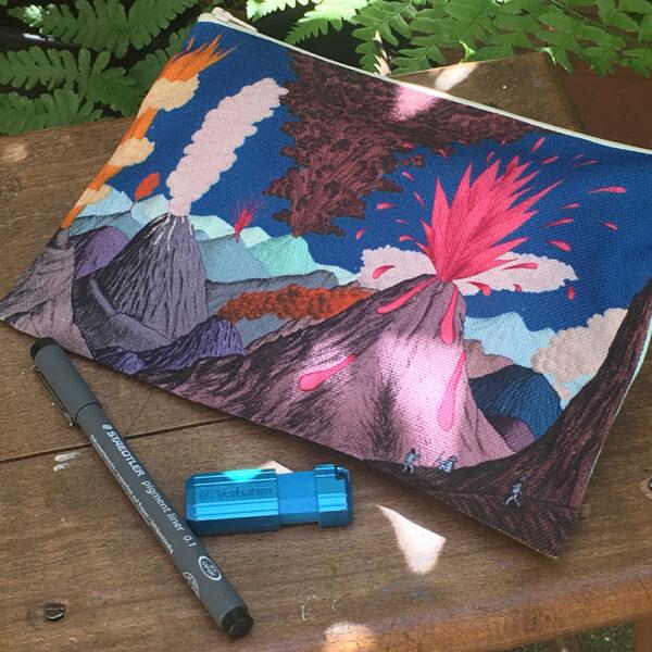 Pochette à zip bleue, motif volcans, avec crayon et clé USB, tâches de soleil