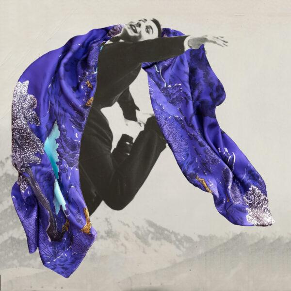 Photographie noir et blanc d'un homme sautant en l'air avec un grand foulard violet - photomontage